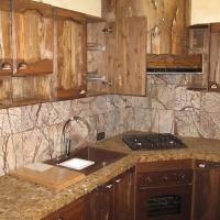 Кухня с фасадом из дерева