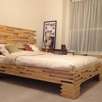 Кровать из светлого дерева